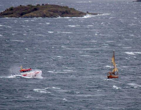 Redningsskøyta kommer en seilbåt til unnsetning i blåsten i Bunnefjorden fredag ettermiddag.