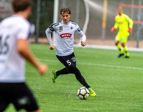 BEHOLDER FARGENE: Mads Lie Jensen skal fortsette å spille i hvitt og svart, men han har nå skrevet under for FK Eik Tønsberg.