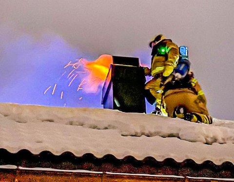 KRAFTIG FYR: Flammene sto ut av skorsteinen på huset.