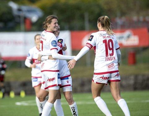 MOTIVERT: Rakel Engesvik (til venstre) kom til Sandviken Toppfotball på utlån fra RBK Kvinner i høst. Nå håper hun å få forlenget tillit utover 2021-sesongen, og får ta del av et mulig klubbskifte til Brann.