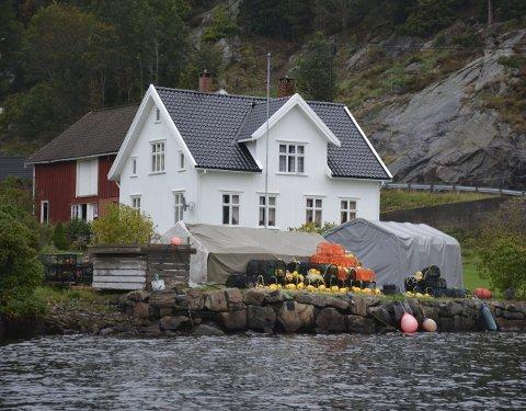 Lagerplass: Eieren av huset i bakgrunnen og to andre naboer i Åstø klaget til kommunen på teltene og teinene i forgrunnen. Arkivfoto