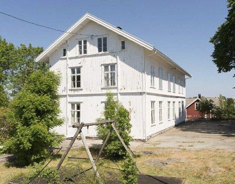 Lyngør skole: Det romslige tre etasjers skolebygget ble lagt ut for salg på det åpne markedet for to år siden. Nå har velforeningen ikke bare ett bud, men tre.