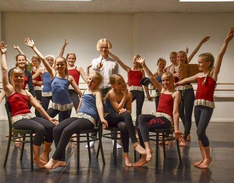 Siste innspurt: Disse 14 dansere øvde inn de siste detaljene på en av scenene da vi besøkte dansestudioet tirsdag ettermiddag. I midten Viktor Kildahl, som har rollen som Harry Potter. Foto: Olav Loftesnes