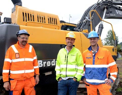 Samarbeid: Arne Dokken (f.v.) er anleggsleder for tunnelen og er ansatt i Skanska, mens broren Jan Dokken er daglig leder i Brødrene Dokken AS. Her står de to sammen med prosjektleder for E16 Bagn–Bjørgo, Bjarte Næss i Skanska.