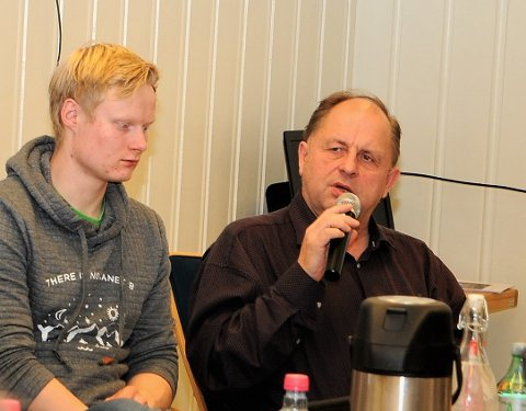 Savner begrunnet Svar: FrPs Harald Bjerknes (t.h.) savner svar fra ordfører Linda Mæhlum Robøle (Sp) på e-posten de sendte i forrige uke. Til venstre på bildet sitter Sps Vebjørn Kompen.
