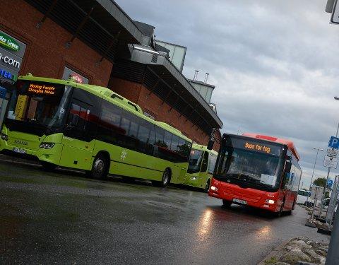 SKI: Buss for tog fra Ski sentrum mandag morgen.