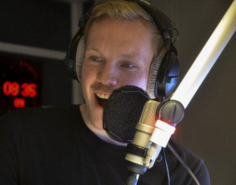 ENERGISK: Martin Holmen er alltid like energisk i studio. Alvdølen innrømmer at også han kan bli litt sliten etter sending. I august fikk han fast NRK-jobb.Foto: Tore Hilmarsen