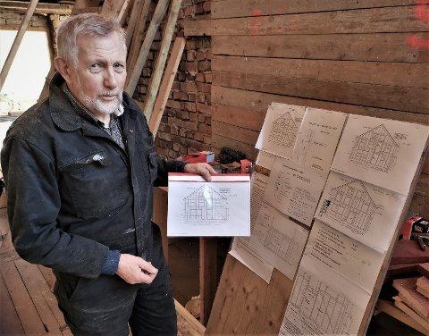 Terje Fjordbakk er prosjektleder når Kystlaget Øster Riisøer restaurerer den gamle låven på Randvik. Det er et omfattende prosjekteringsarbeid som er utført, og nå hamres, bores og sages det. Men dugnadsgjengen  trenger litt avløsning etter hvert.