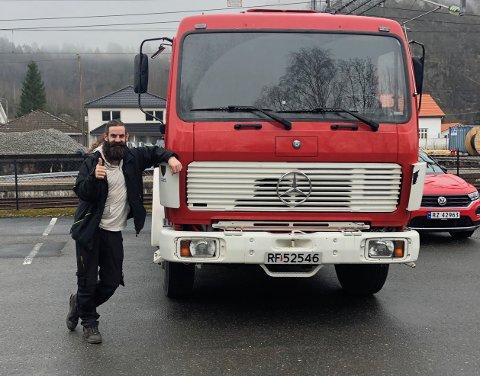 NYE OPPDRAG: Vidar Ørmen fra Sokndal brann og redning med den gamle vanntankbilen som nå skal i ny tjeneste. Foto: Sokndal brann og redning