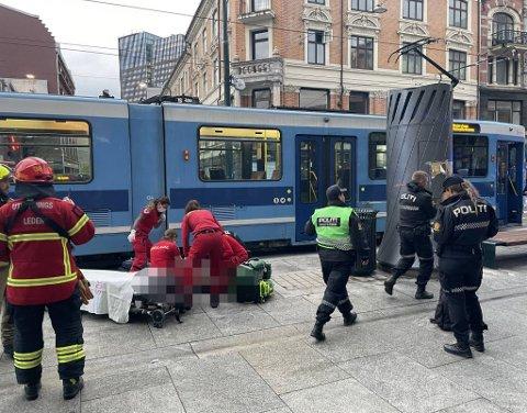 ALVORLIG SKADET: Personen skal være alvorlig skadet, og behandles like etter klokken 18 på stedet av ambulansen.