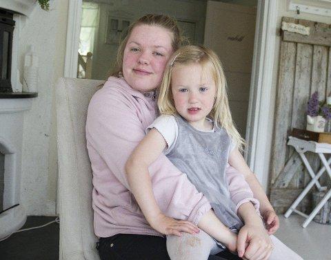 7 PASSER PÅ: Caroline Mikaela (17), som er eldst av alle borna, er ofte barnevakt. – Med så mange søsken lærer ein å dela, ta hensyn og forholda seg til andre, seier ho.