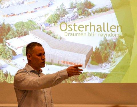 Øystein Hella Holsen, leiar for samarbeidsgruppa for Osterhallen forklarar kvifor Ostereidet treng ein ny hall.