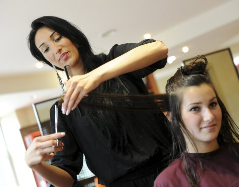 For fattige studenter eller noen som ikke påspanderer seg mye, kan det være en fin gave å spandere neste besøk hos frisøren.