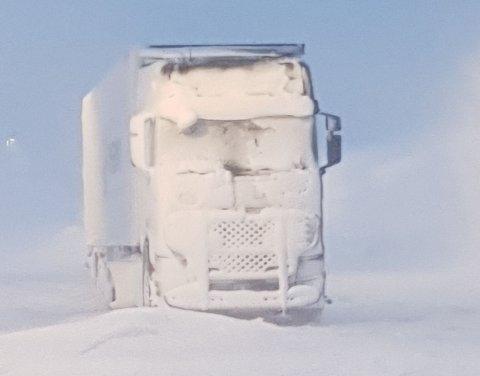 Vanskelige værforhold: Kraftig vind gjør at det fyker mye snø i luften ved grenseovergangen og Junkerdal tollstastasjon. Det resulterer i liten eller ingen sikt, som gjør at bilene har vanskelige kjøreforhold. Det har resultert til at veien over fra Sverige til Norge fortsatt er stengt.