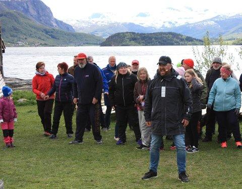 Kristian Krokslett (i front) øver sammen med barnekoret og voksenkoret.