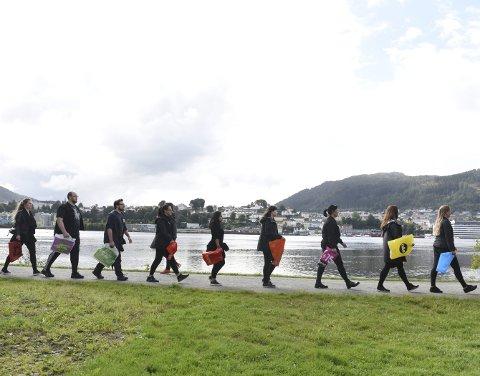 106 miljøengasjerte kunstnere og studenter marsjerte mot sentrum torsdag formiddag for å be velgerne være bevisste på hva de velger under årets stortingsvalg. Et miljøvalg bør, ifølge initiativtakerne, være noe av det viktigste en tar med i betraktningen når en går til valgurnene 11. september.