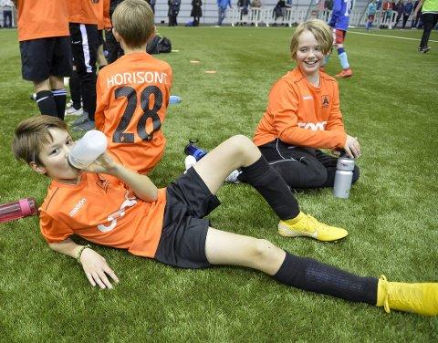 Lars Erik Knag (til venstre) og Åsane-kompisen Gabriel Kristiansen Stene var klart mest opptatt av å drible og vinne under lørdagens enorme cupturnering i Vestlandshallen.