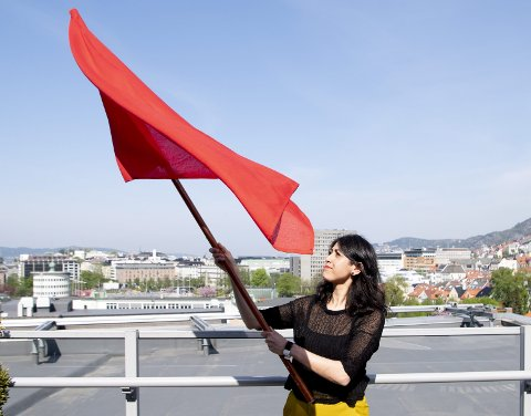 RØD: Fauzia Hussain-Wiik (39) er ny LO-leder i Bergen og omegn. I år holder                                        hun appell på Os før hun går i demonstrasjonen i Bergen. – Man må være aktiv om man vil skape endringer, sier hun. FOTO: ARNE RISTESUND