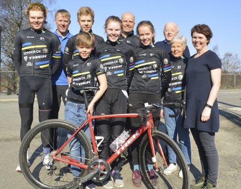 Familien Litlere er godt over gjennomsnittlig glad i sykkelsporten. På Rådalen Rundt stilte de med ti personer fra tre generasjoner. Her ser vi (fra venstre) Erlend (19), Torbjørn, Anna (11), Sverre (16), Marte (16), Øyvind, Marie (13), Brynjulv (bestefar), Målfrid (bestemor) og Jannicke.