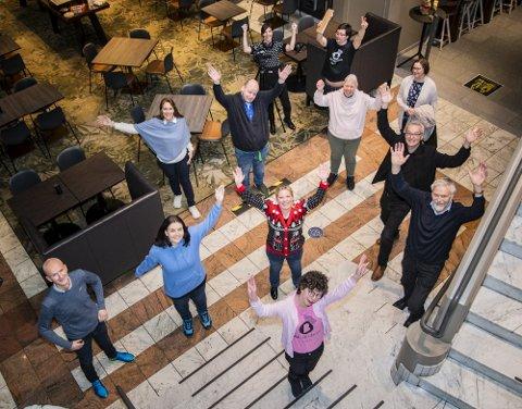 JUBLET: Fra v. Ørjan Hinna i Helt Med, Caroline Tvedt, møtevert i kommunen, hotelldirektør på Ørnen, Nina Askvik, Morten Fauskanger på Kiwi, Silje Hjemdal (Frp), Camilla Kvalheim i TV Bra (bakerst), Beate Hedegard Friis, medhjelper på Fyllingsdalen sykehjem, Magny Nordtvedt, styrer Fyllingsdalen sykehjem, Jarle Eknes og Jann Aasbak i Helt Med. FOTO: AGNIESZKA IWANSKA