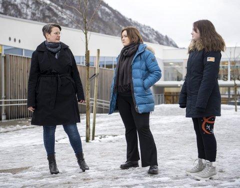 Hilde Kalleklev, FAU-leder Helene Myksvoll og Signe Myksvoll (12) fortviler over plassmangelen på skolen.. FOTO: ANDERS KJØLEN