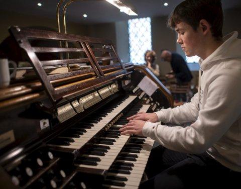 Sander Kolstad (17) er en del av den unike nye linjen på St. Paul videregående skole. Orgelundervisningen vil foregå i St. Paul kirke i sentrum.
