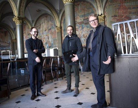 Mandag var (f.v.) Yngve Hansen og Kjetil Smørås i De Bergenske på befaring sammen med prosjektleder Sindre Holm Johannessen i Odfjell Eiendom, som er huseier. Snart skal kontrakten underskrives. FOTO: ARNE RISTESUND