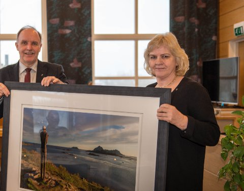 Grete F. Olsen fikk dette flotte bildet som takk for sine 40 år i Bø kommunes tjeneste. (Alle foto – unntatt de som ble overrakt: Mareno Leonhardsen)