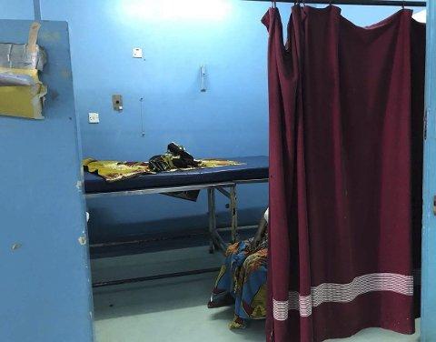 FØDESENG: Den dekkes med en  søppelsekk og et klede, som de tørket opp med etterpå.