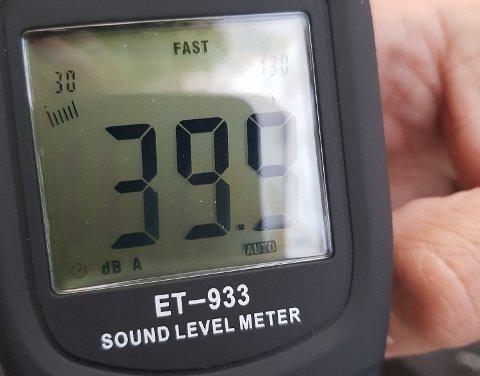 MÅLINGER: Støymålingene som ble gjennomført ved Overn gård og kirken mandag, lå rundt 40 dB.