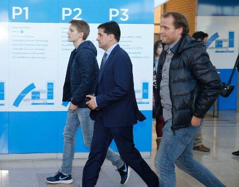Martin Ødegaard (til venstre) sammen med faren Hans Erik (til høyre) på vei til legesjekk i forkant av Real Madrid-presentasjonen i 2015. Foto: Terje Pedersen / NTB scanpix