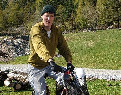 FLEIRE INTERESSER: Øystein Tveito driv eit småbruk i Høyanger samstundes som at han jobbar som undervassingeniør i Nordsjøen. Jobben gir han mykje fridom til å dyrke interessene sine.