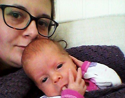 Birgitta Tia Pettersen lovpriser sykehuset og de ansatte på vegne av seg selv og sin én måned gamle datter.