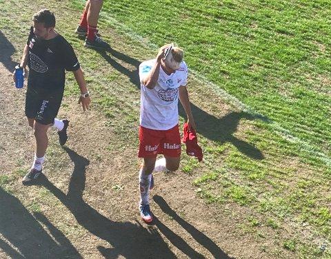 FORLOT BANEN: Her forlater Joona Veteli banen etter at han fikk seg en smell i hodet under lørdagens seriekamp i Larvik.