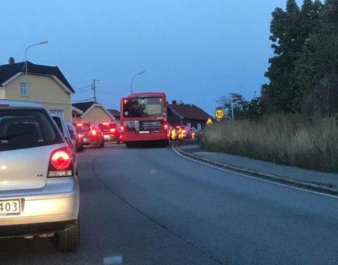 SAKTEGÅENDE TRAFIKK: Det gikk svært sakte over Fredrikstadbrua tirsdag kveld.