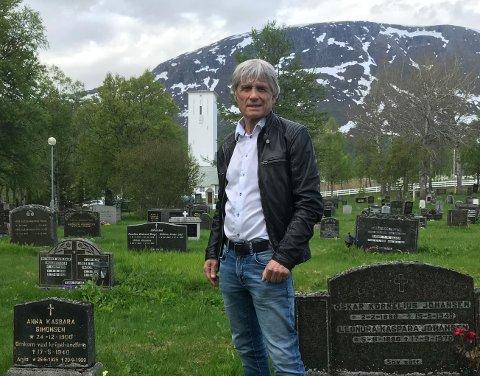 VIL SIKRE ET VARIG VERN: Leder i Bjerkvik Menighetsråd og leder av Narvik kirkelige fellesråd, Alf Bernt Jørgensen, har lenge kjent på nødvendigheten av å bevare de sivile krigsgravene for historien. Nå har han tatt initiativ for å sikre et varig vern.