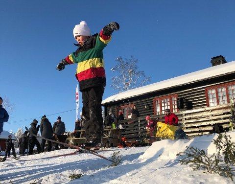 GODE FORHOLD: Ingen grunn til å legge vekk skiene – i høyden er det nok snø. Det blir også hoppkonkurranse under Tour de Vardelia lørdag.