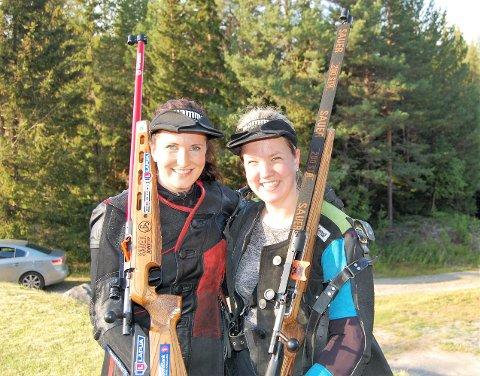 Anne Ingeborg Sogn Øiom (til venstre) tok teten i Kongestevnet. Her sammen med søsteren Sigrid Caroline som fikk bank med omkring 30 poeng, en var like blid for det.