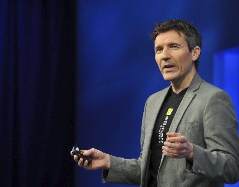 PÅ SCENEN: Her forteller Erik Åsberg om Esmart foran 6.000 i salen og en million seere på web-tv.