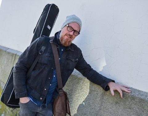 «VETTASKREMT»: Terje Støldal debuterer som vokalist på musikkbadet på Bryggerhuset torsdag kveld. – Jeg aner ikke hvordan det blir å stå fremst. I 30 år har jeg stått tre skritt bak vokalisten og spilt bass og koret, sier han med et smil.