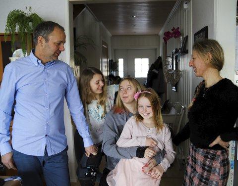 SAMMEN:Amalie tilhører en sterk og sammensveiset familie. Her sammen med lillesøstrene Deborah (8) og Emma (13), mamma Ann-Helen og pappa Tor-Fredrik.