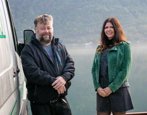 Nøgde: Gründer Thor André Aase og dagleg leiar Inger Mari Raaen fortel at Hardanger Glass og Lås satsar stort for tida.