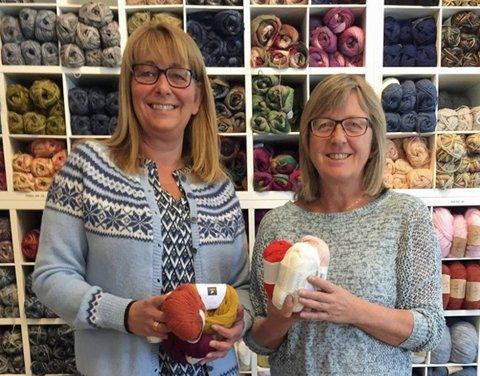 Kirsti Klippenvåg (til venstre) og Kjellrun Einarsen fra Lurøy har overtatt butikken Garn & Tekstil MoUll på Mo.