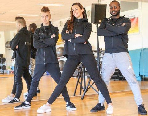 DANS: F.v Lukas Ivarrud, Rikke Anett Lund og Michael Dewar har sammen med Marit Thomassen startet Balance Mosjøen danseforening. Idrettslaget skal tilby dansetimer på Kippermoen.