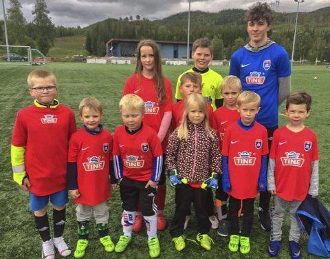 SMÅKALDT: Det var småkaldt under TINE Fotballskole på Vegset. Her er trenerne Elias Mikalsen og Wilhelm Åkvik mid sitt lag.