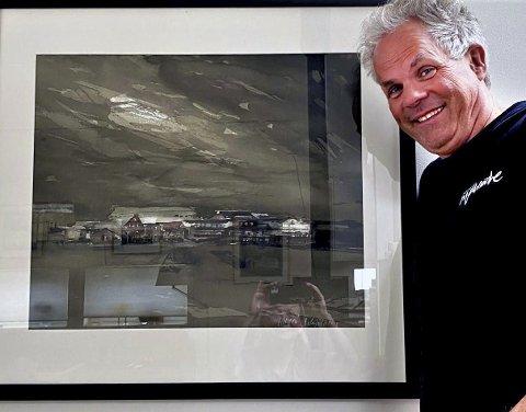 KOMMER MED ELVA: Komponist Jan Gunnar Hoff har en akvarett med mosjømotiv på veggen heime i Bodø. Her er vi på kaia, der Vefsna har blitt Vefsnfjorden, men vannets musikk kan ennå høres. Glasset gir gjenskinn slik elva også glimter til. Foto: Hilde Fure