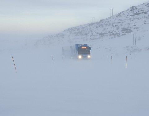 STENGT: Veien til Havøysund var stengt fra onsdag formiddag til sju-tiden på kvelden grunnet uvær. Bildet er tatt i tre-tiden, da biler og buss stod fast.