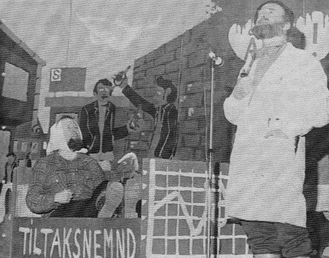 Per Markussen som ordfører Karlsen (i senga) og Hans Haagenrud som distriktslege Per Fugelli i en frisk helse