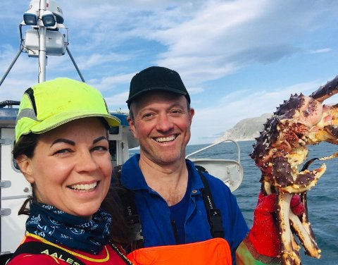 FORNØYD: Tomas Sagen er meget fornøyd med hvordan det går i fiskeribransjen for tiden. Her har han fisket krabbe sammen med sin kone Tiina Sagen.