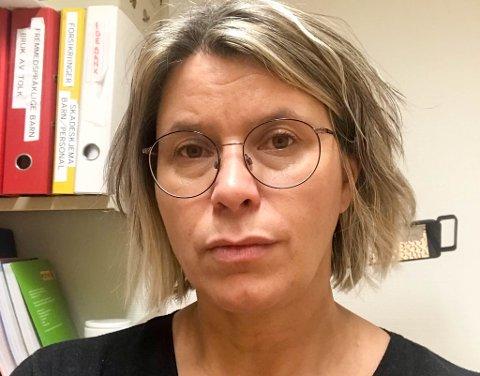 ETTERSPØR DEN NYE AMBULANSEN: Annie Beate Teigland har eldre foreldre som bor på Rolvsøya. Hun håper at øya snart skal få et bedre transporttilbud, for i dag må man bruke privatbiler for å frakte syke til kaia i bygda.